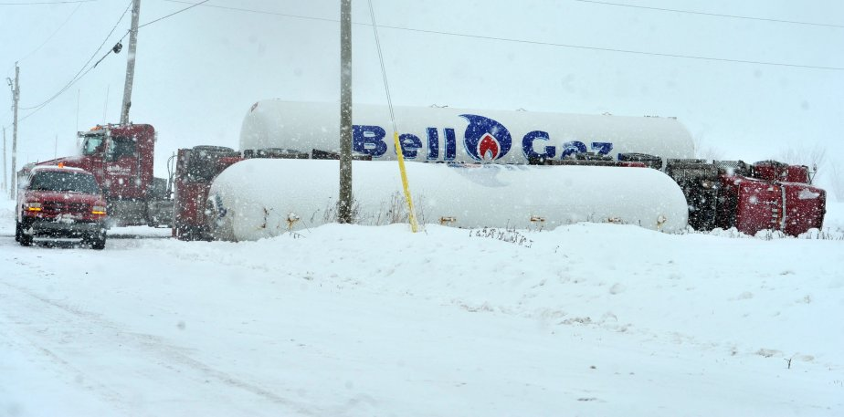Un camion-remorque s'est renversé au coin des rangs des 60 et Saint-Michel, à Nicolet. | 21 décembre 2012
