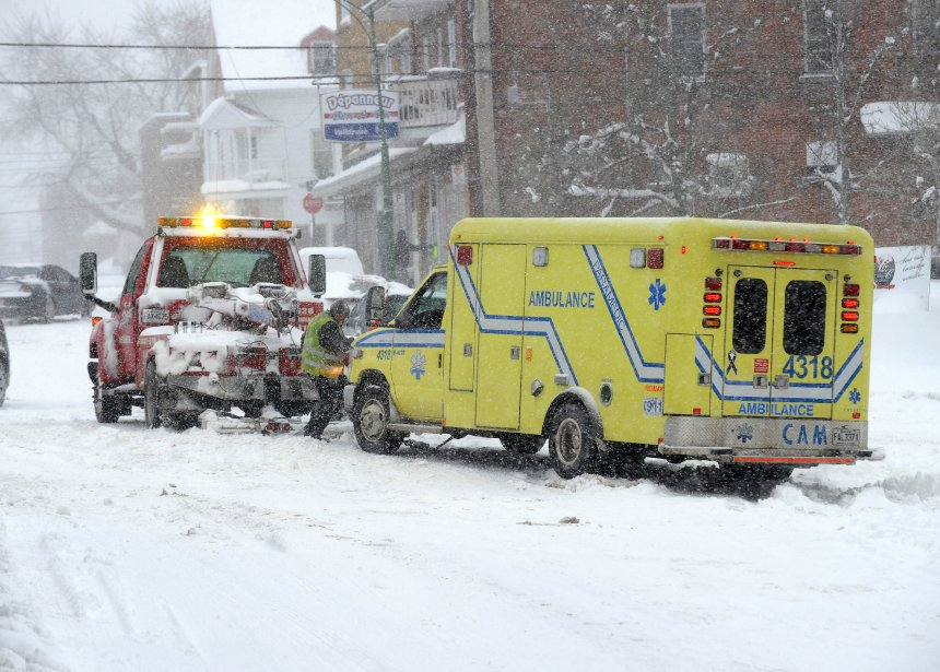 Même les véhicules d'urgence peuvent connaître des difficultés en raison des conditions météorologiques. Cette ambulance s'est enlisée au centre-ville de Shawinigan. (Photo: Sylvain Mayer)