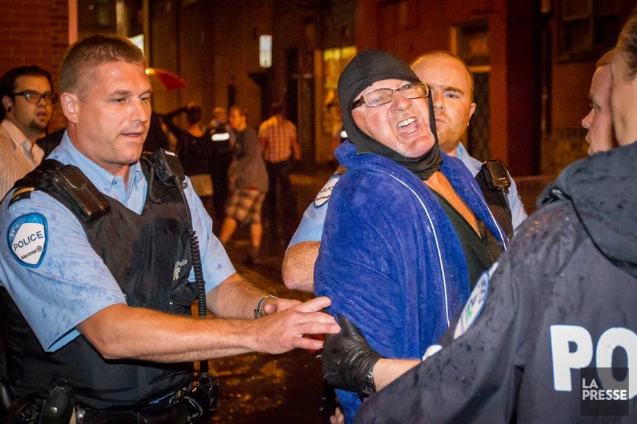 Cette photo d'Olivier Pontbriand a fait le tour du monde. Richard Henry Bain, 62 ans, propriétaire d'une pourvoirie dans les Laurentides, doit maintenant répondre de 16 chefs d'accusation, dont celui de meurtre au premier degré du technicien de scène Denis Blanchette. Il possédait une vingtaine d'armes à feu, dont cinq qu'il transportait avec lui le soir du 4 septembre. Un autre technicien, Dave Courage, a été grièvement blessé dans l'attentat. | 21 décembre 2012
