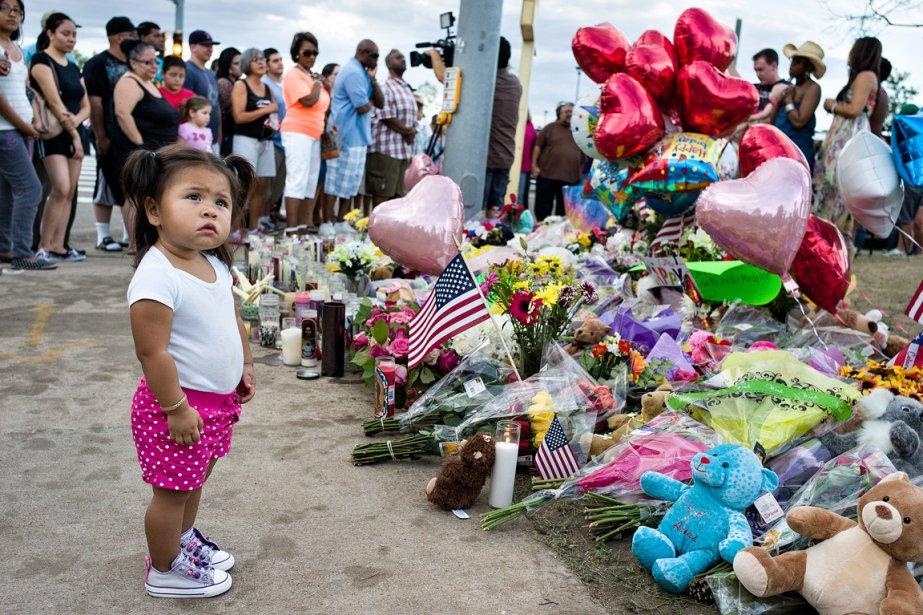 Le recueillement — Devant le cinéma Century 16, où s'est déroulée la tuerie qui a causé la mort de 12 personnes à Aurora, les citoyens sont venus déposer des fleurs en mémoire des victimes. Audrina Magdalien y était avec sa mère et sa grand-mère. | 21 décembre 2012