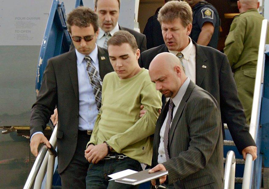 Après une cavale de Montréal à Berlin, Luka Rocco Magnotta débarque, menotté, à l'aéroport de Mirabel le 18 juin, escorté par des policiers montréalais. Celui qui était mondialement surnommé «le dépeceur de Montréal» est ainsi rapatrié au pays pour y être accusé du meurtre de Lin Jun, un étudiant chinois assassiné dans un appartement du quartier Côte-des-Neiges | 21 décembre 2012