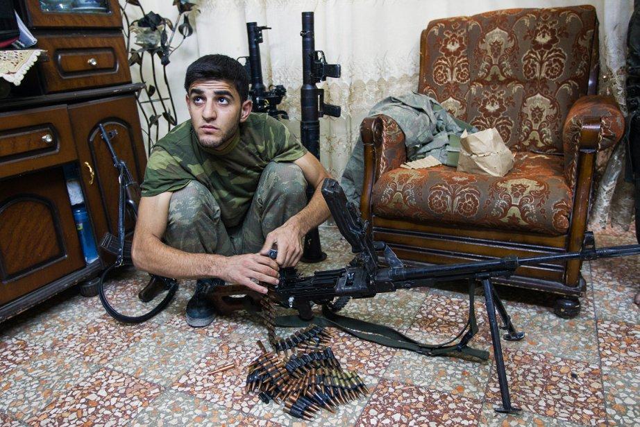 «Quand on est arrivés dans ce quartier d'Alep, il n'y avait personne», se souvient Edouard Plante-Fréchette. «On a été conduit dans un appartement où des combattants étaient en train de se reposer ou de préparer leurs armes. Ils disaient qu'ils n'avaient pas peur, qu'ils étaient prêts à se battre. L'homme sur la photo venait d'Azaz, au nord d'Alep. Il avait 22 ans.» | 21 décembre 2012