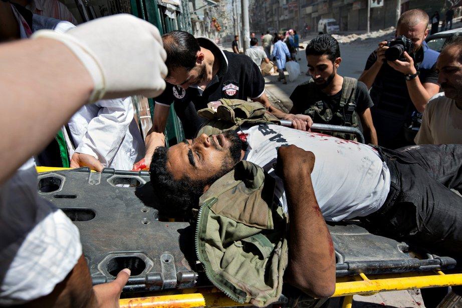 «Ce matin-là, on est restés environ trois heures à l'hôpital Dar Al Saïfa, à Alep. On a vu au moins cinq ou six blessés et trois ou quatre personnes mortes être débarqués. Ils avaient tous été atteints par des balles.» Les victimes étaient emmenées dans le hall de l'hôpital, seul étage encore occupé dans l'immeuble qui avait été bombardé cinq fois, puisqu'il est connu pour soigner les rebelles de l'Armée syrienne libre (ASL). | 21 décembre 2012
