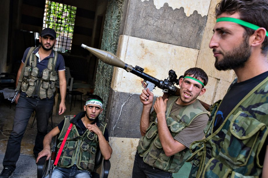 Des rebelles syriens préparent leur arsenal en vue d'une prochaine attaque. «C'était dans la vieille ville d'Alep, dans un bâtiment qui datait du XVIe siècle», se souvient le photographe Edouard Plante-Fréchette. Les hommes, originaires des campagnes environnantes, disposaient de lance-roquettes, de mitraillettes automatiques, de grenades et autres bombes artisanales. | 21 décembre 2012