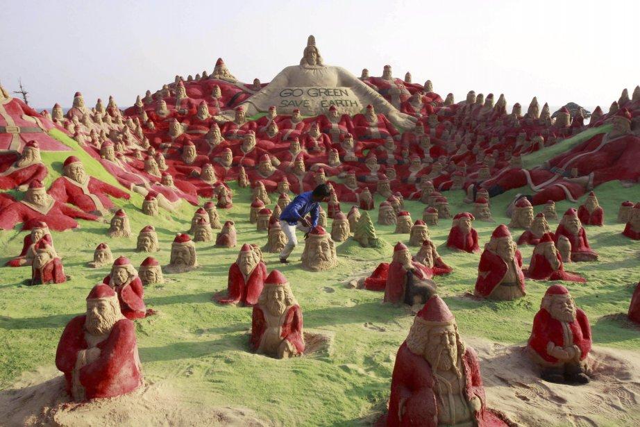 L'artiste indien Sudersan Pattnaik a réalisé une sculpture de plus de 500 pères Noël... en sable sur une plage près de Puri, en Inde. | 22 décembre 2012