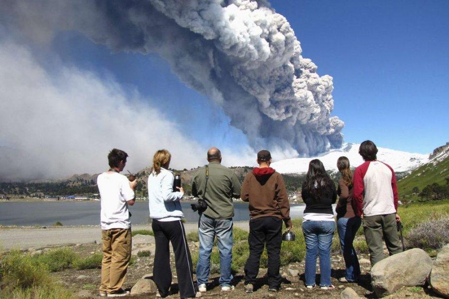 Des résidants regardent la colonne de feu qui... (PHOTO ANTONIO HUGLICH, REUTERS)