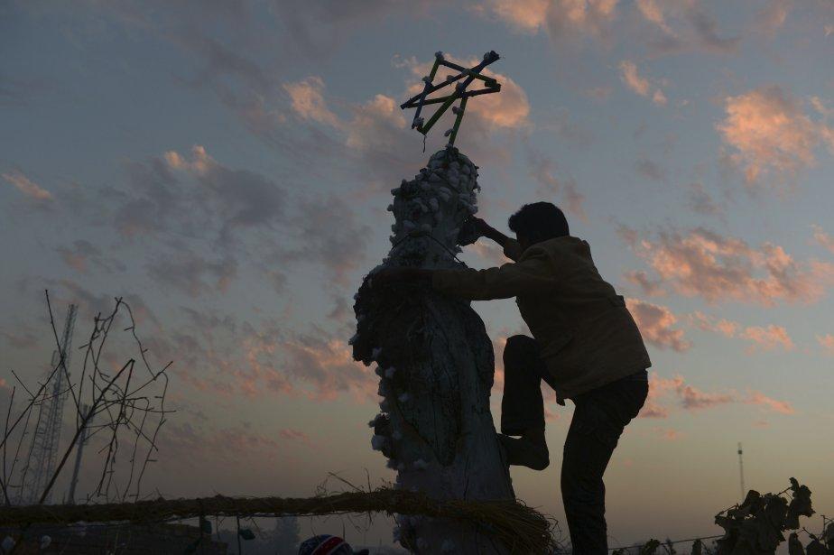 Un chrétien pakistanais pose des décorations de Noël, à Islamabad. Les chrétiens font partie d'une très petite minorité au Pakistan, où on estime que seulement trois pour cent de la population ne sont pas de confession musulmane. | 24 décembre 2012