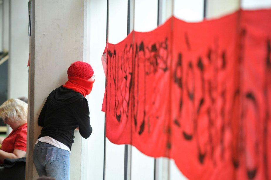 Des étudiants qui s'opposaient à la hausse des droits de scolarité ont pris d'assaut le pavillon Alexandre-Taché de l'Université du Québec en Outaouais (UQO), vers 6h, au matin du 16 avril 2012, faisant fi de l'injonction ordonnant la reprise des cours, accordée quelques jours plus tôt par la Cour supérieure. | 25 décembre 2012