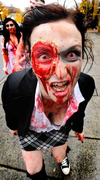 Des centaines de zombies, enchaînés, les yeux exorbités, le visage ensanglanté, les membres et les organes mutilés, ont déambulé en trébuchant dans le centre-ville d'Ottawa, le 27 octobre 2012. Les créatures ont traîné leurs carcasses du parc Macdonald Gardens, dans le quartier Côte-de-Sable, jusqu'à la colline du Parlement, au profit de la banque alimentaire d'Ottawa. | 25 décembre 2012