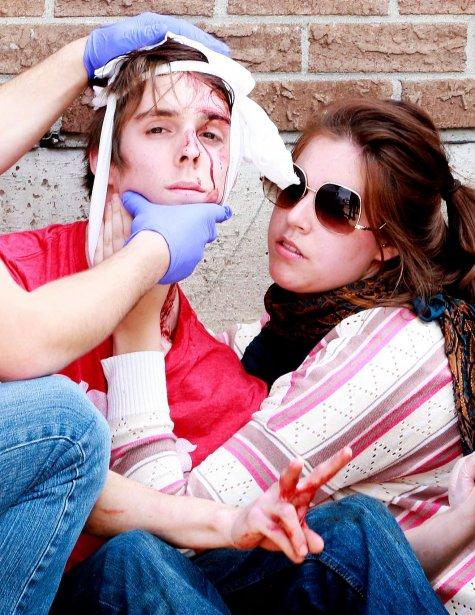 Une imposante présence des forces policières, des grévistes venus de Montréal pour manifester, des rues bloquées, des coups de matraque, du poivre de Cayenne, des blessés et 151 arrestations ont marqué le 19 avril 2012, aux abords de l'Université du Québec en Outaouais. Deux manifestants souffrent de lacérations à la tête. | 25 décembre 2012
