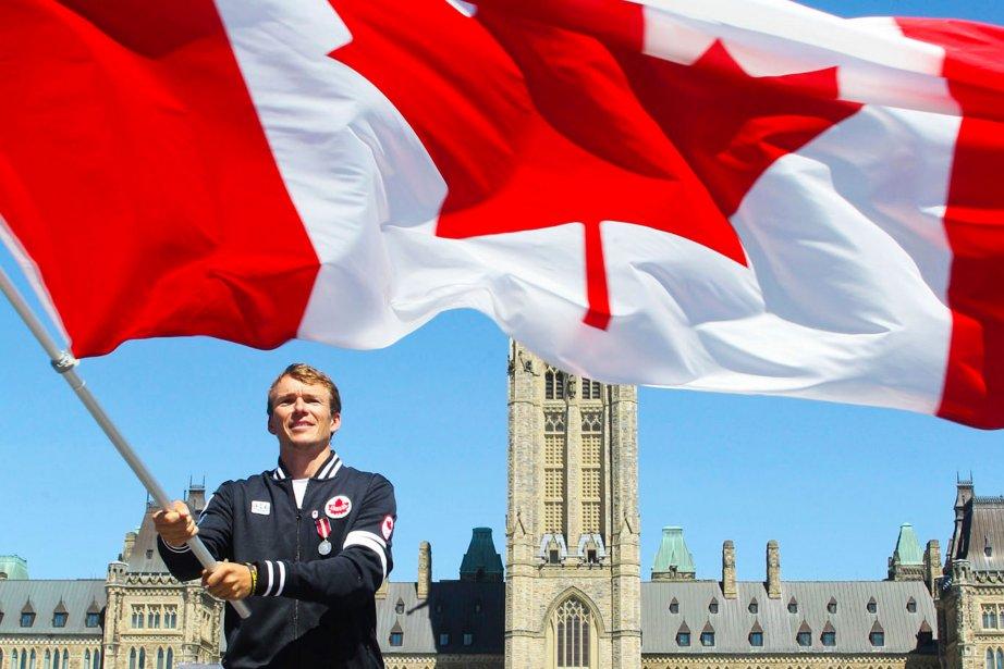 À deux semaines des Jeux olympiques de Londres, le 12 juillet 2012, le Comité olympique canadien annonce que le triathlète Simon Whitfield sera le porte-drapeau de la délégation d'athlètes dépêchée par le Canada aux Jeux olympiques de Londres. Une vilaine chute au début de la portion à vélo de son triathlon a mis fin à son aventure olympique. | 25 décembre 2012