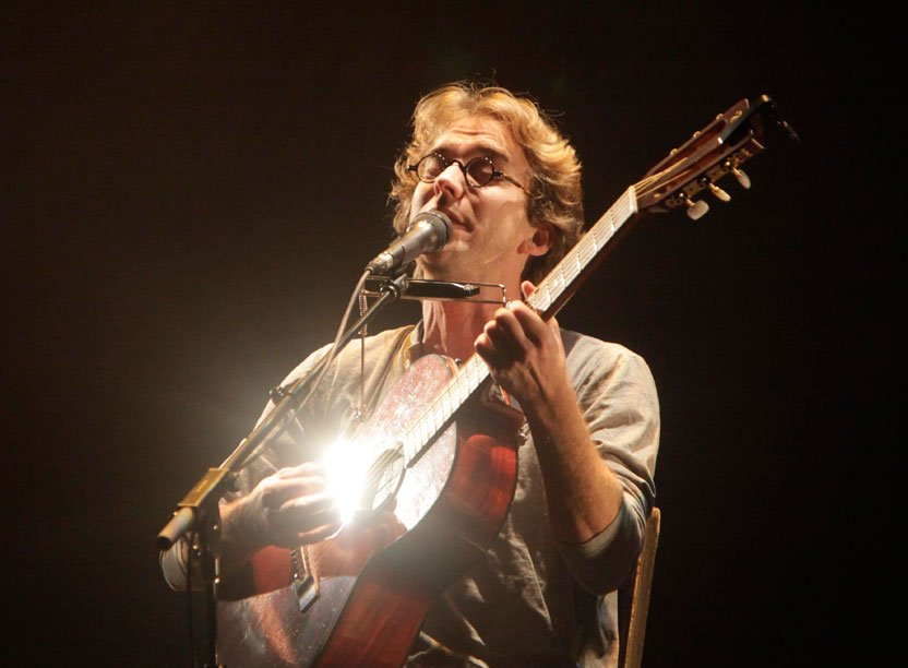 Fred Pellerin est de passage à la Maison de la culture de Gatineau, à la mi-novembre, pour deux représentations à guichets fermés de son nouveau spectacle intitulé De peigne et de misère. Seul sur scène, assis sur sa chaise ou debout à son micro, l'irréductible conteur de Saint-Élie-de-Caxton s'accompagne à la guitare, à l'accordéon et l'harmonica, le temps de livrer quelques chansons. | 25 décembre 2012