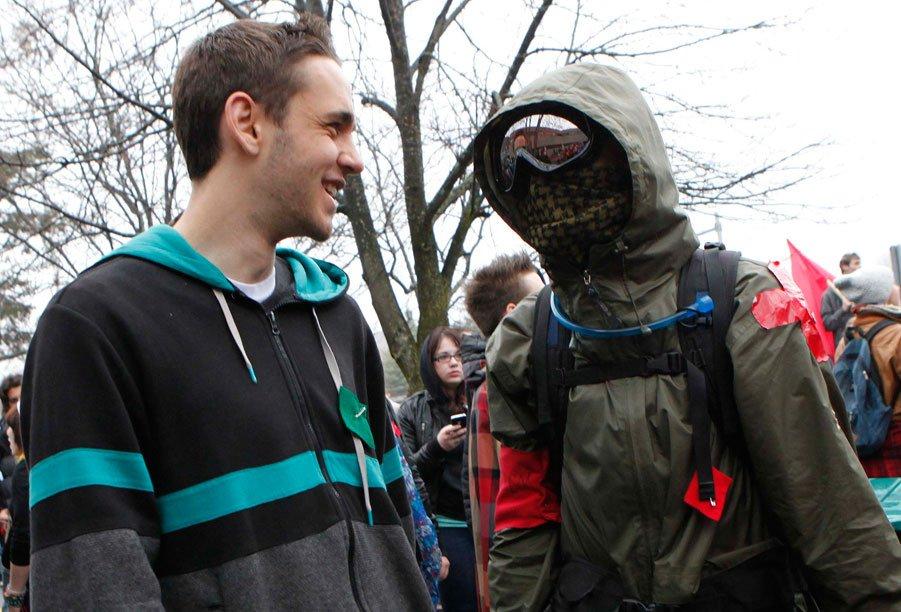 Entre 200 et 300 manifestants ont envahi les corridors du campus Gabrielle-Roy du Cégep de l'Outaouais, sur le coup de 8 h, le 3 mai 2012, pour s'opposer à la tenue des cours. Ils ont obtenu gain de cause une vingtaine de minutes plus tard, lorsque la direction a décidé d'annuler les cours pour la journée. | 25 décembre 2012