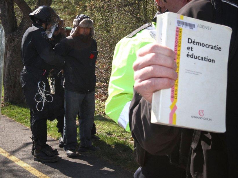 La guerre des nerfs se déplace dans la rue, le 18 avril 2012, alors que 200 manifestants contre la reprise des cours à l'Université du Québec en Outaouais se retrouvent prisonniers entre deux lignes de l'escouade anti-émeute de la police de Gatineau. Bilan des opérations: plus de 160 arrestations et autant de constats d'infraction. | 25 décembre 2012