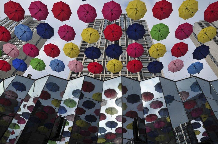 Des parapluies suspendus enjolivent une rue commerciale de la ville de Fuzhou, dans la province chinoise de Fujian. | 26 décembre 2012
