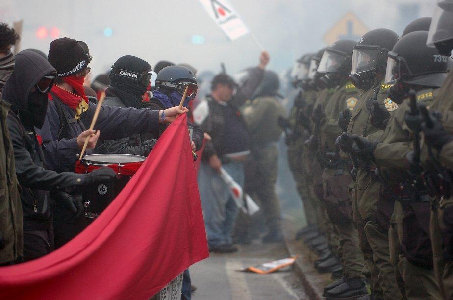Policiers et étudiants étaient prêts pour l'affrontement à Victoriaville à la réunion du Parti libéral en mai. | 26 décembre 2012