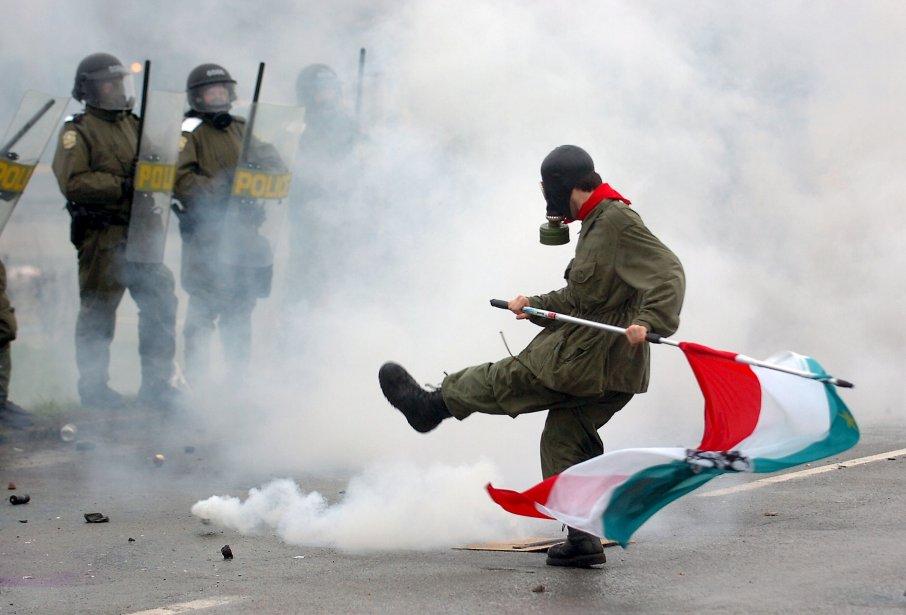 Un manifestant renvoyant les gaz lacrymogènes aux policiers lors de l'affrontement à Victoriaville en mai. | 26 décembre 2012