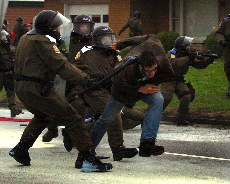 Des coups de matraque et des balles de caoutchouc lors de la manifestation étudiante à Victoriaville | 26 décembre 2012