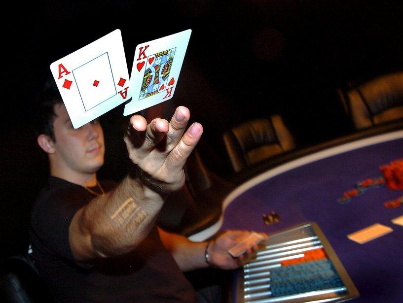 Dave Cloutier et son père tiennent un salon de poker dans un bar de la Rive-Sud | 26 décembre 2012