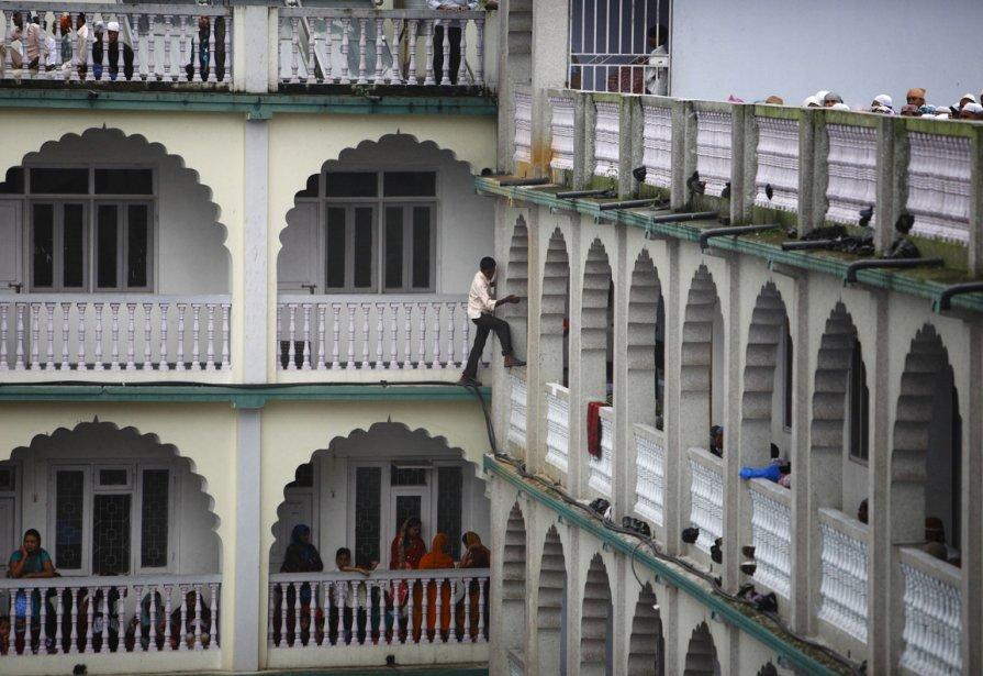 Un retardataire tente d'entrer dans une mosquée de Katmandou... | 2012-12-26 00:00:00.000