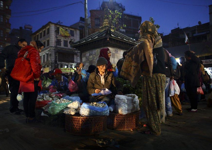 Un vendeur de champignons dans le marché du quartier Ashon de Katmandou | 26 décembre 2012