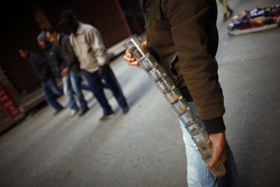Un vendeur de thé ambulant récupère ses verres sales | 26 décembre 2012