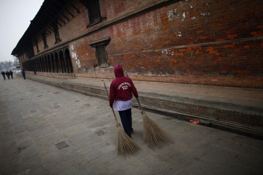 Un balayeur de rue près du temple de Pashupatinath près de la rivière Bagmati. | 26 décembre 2012