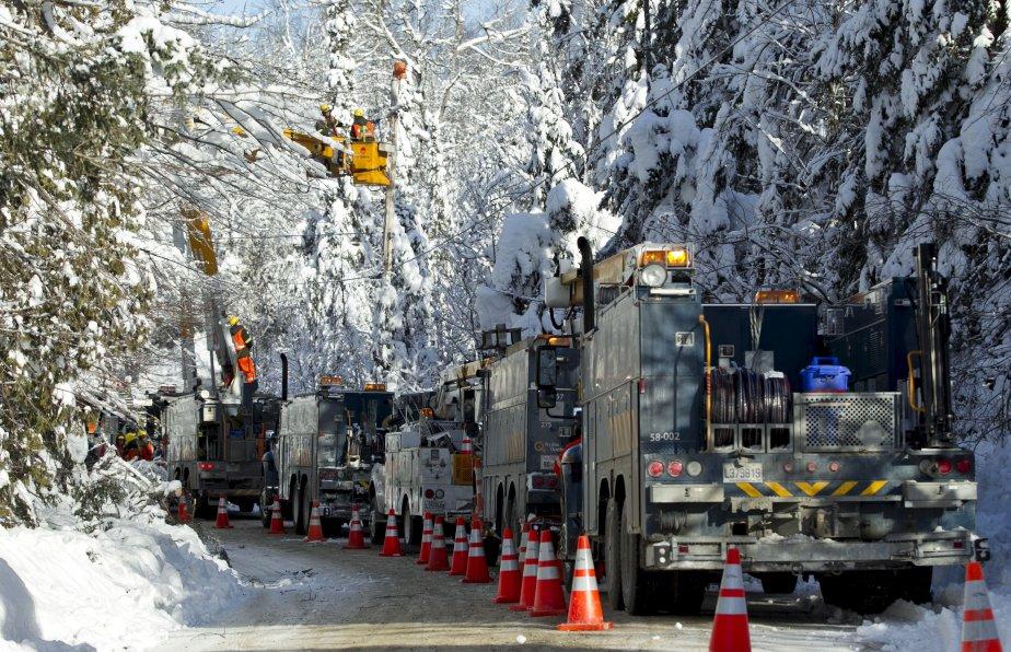 Hydro-Québec affirmait, mercredi soir, avoir rétabli le service à près de 99 % de ses clients en Outaouais, dans les Laurentides et Lanaudière. Le travail devait toutefois se poursuivre dans la nuit de mercredi à jeudi. Au plus fort de la tempête, plus de 110 000 clients ont été plongés dans le noir, seulement dans les Laurentides. Plusieurs arbres se sont notamment affaissés sur des lignes électriques en raison du poids de la neige. | 27 décembre 2012