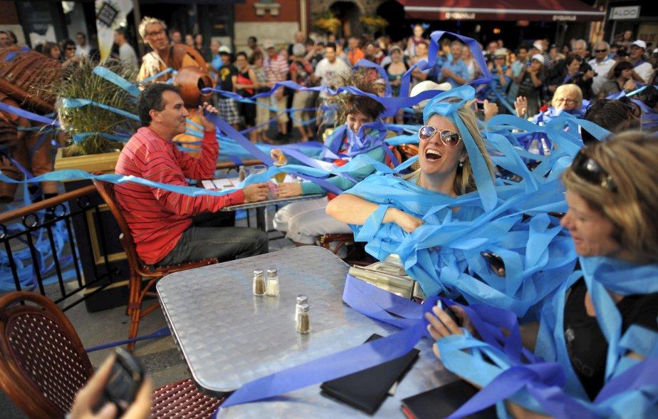 Festivaliers enrubannés de papier de soie bleu au Festival d'été de Québec | 27 décembre 2012