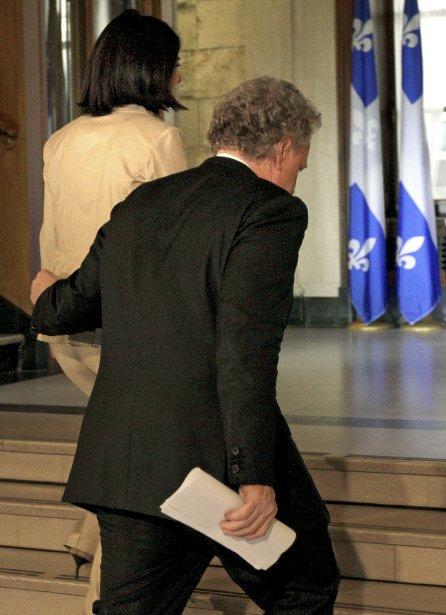 Le premier ministre Jean Charest accompagne Line Beauchamp après l'annonce de sa démission. | 27 décembre 2012