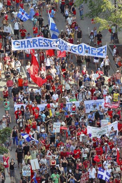 «Charest pire que Gomez», peut-on lire sur une banderole lors d'une manifestation étudiante sur la rue de la Couronne à Québec. | 27 décembre 2012