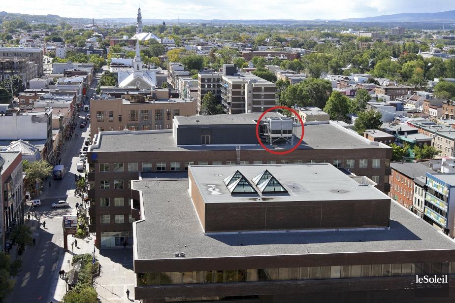 Sur le deuxième immeuble (Place Jacques-Cartier) se trouve la tour de refroidissement qui est à l'origine de l'épidémie de légionellose à Québec l'été dernier. | 27 décembre 2012