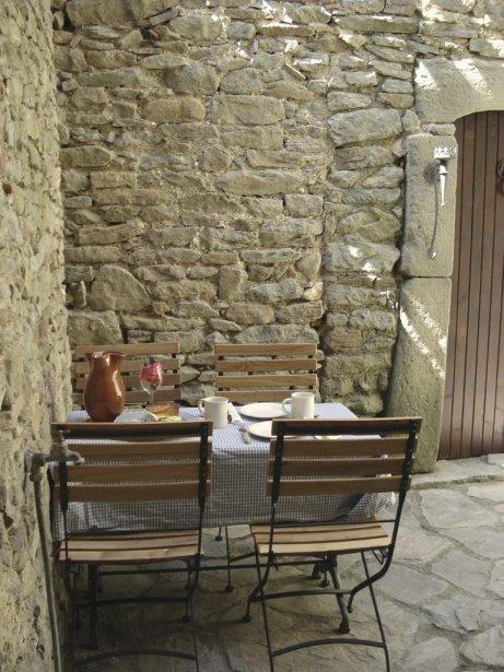 La cour intérieure avec la porte menant au pigeonnier. | 27 décembre 2012