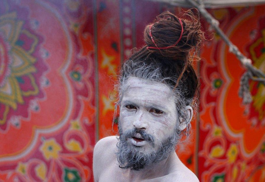 Un sâdhu, le visage couvert de cendre, pose pour le... | 2012-12-28 00:00:00.000