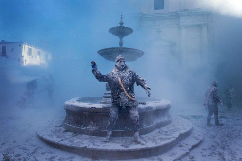 Un homme déguisé en militaire participe à l'annuelle «Enfarinats», une tradition annuelle vieille de 200 ans de la ville de Ibi dans le sud-est de l'Espagne, où les participants se lancent de la farine, des oeufs et des pétards. | 28 décembre 2012