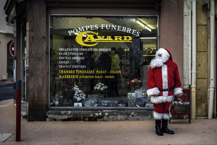 Un père Noël devant un entrepreneur de pompes funèbres à Gueugnon en France | 28 décembre 2012