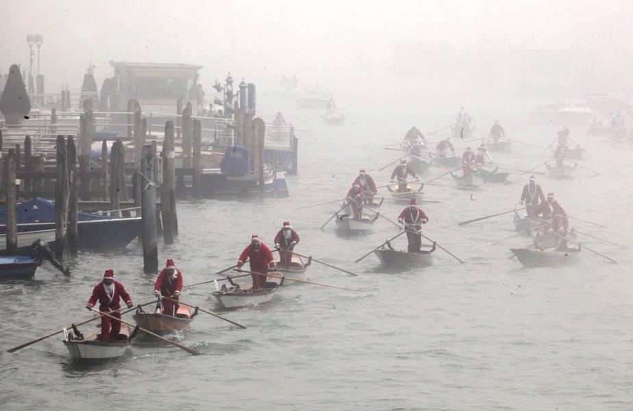 Gondoliers déguisés à l'occasion de Noël à Venise. | 28 décembre 2012