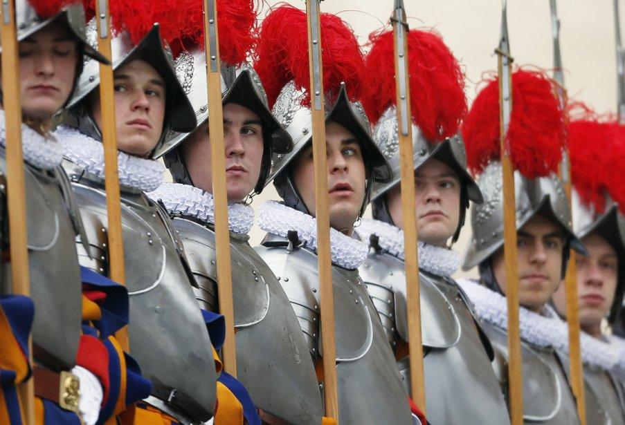 Les gardes suisses au garde-à-vous avant l'arrivée du pape sur le balcon de la place Saint-Pierre au Vatican. | 28 décembre 2012