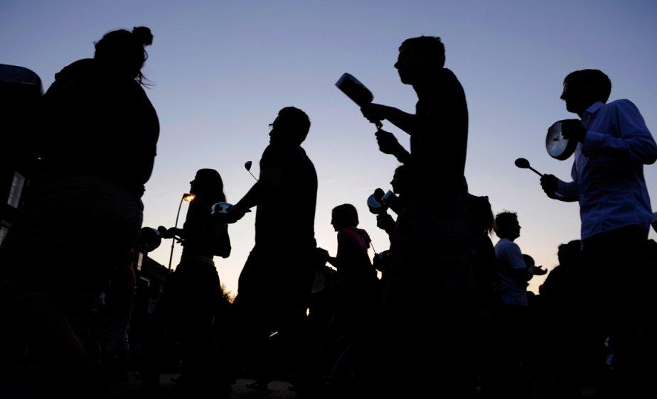 C'était le début du mois de mai, il faisait chaud comme l'été, et la colère des étudiants était en train de contaminer le reste de la société. À la faveur des soirées qui s'allongeaient, les citoyens indignés ont commencé à descendre dans la rue, casseroles et cuillères à la main, dans un grand tintamarre qui paralysait la circulation. | 28 décembre 2012