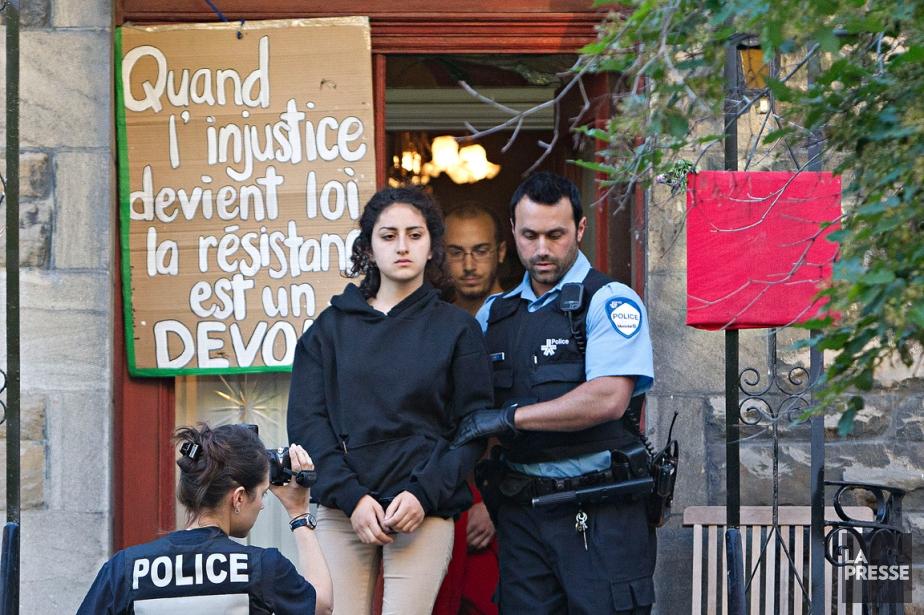 Yalda Machouf-Khadir, 19 ans, fille du député de Québec solidaire Amir Khadir, est arrêtée au domicile familial le 7 juin à l'aube. « C'était la veille du Grand Prix de Formule 1, se souvient Patrick Sanfaçon. C'est la conjointe de M. Khadir qui a ouvert la porte aux policiers. Elle est ensuite allée chercher sa fille, qui est sortie sans dire un mot. Par contre, son copain, qu'on voit derrière, était très fâché.» | 28 décembre 2012