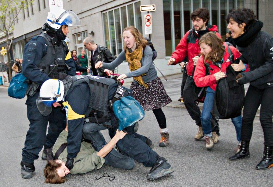 Un homme est maintenu au sol par un policier pendant la manifestation du 1er mai, «Les policiers l'ont gardé comme ça pendant de longues minutes et ont forcé ses amis à reculer. À un moment, une femme s'est doucement approchée pour ramasser les lunettes de l'homme, avant qu'elles se fassent écraser.» | 28 décembre 2012