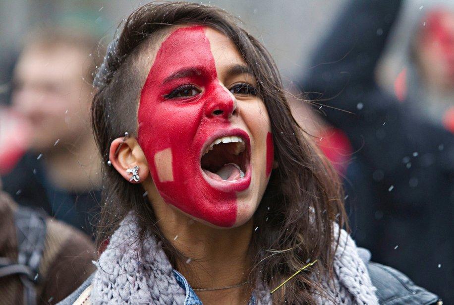 Une femme, le visage peint en rouge, parmi la dizaine de milliers de manifestants au rassemblement du 23 février, à Montréal. C'était l'une des premières manifestations étudiantes à prendre d'assaut le centre-ville de Montréal. Personne ne se doutait encore que le printemps serait hâtif cette année-là... | 28 décembre 2012