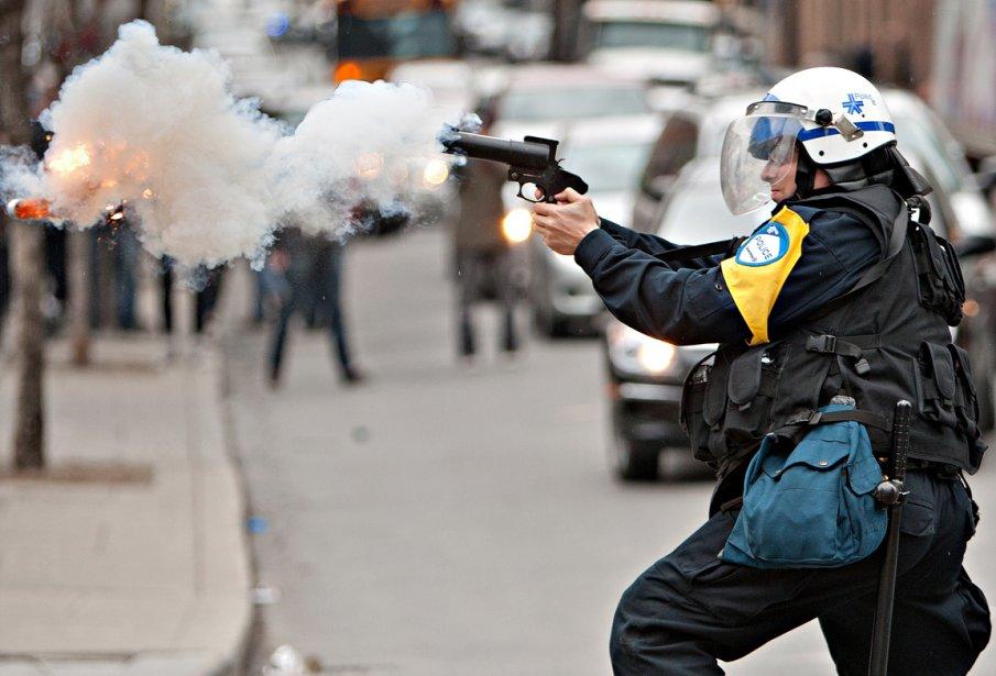 Appel au calme — Un policier tire une bombe assourdissante en direction des manifestants pour disperser la foule lors de la manifestation du 20 avril. On distingue le projectile à l'extrême gauche de l'image. | 28 décembre 2012