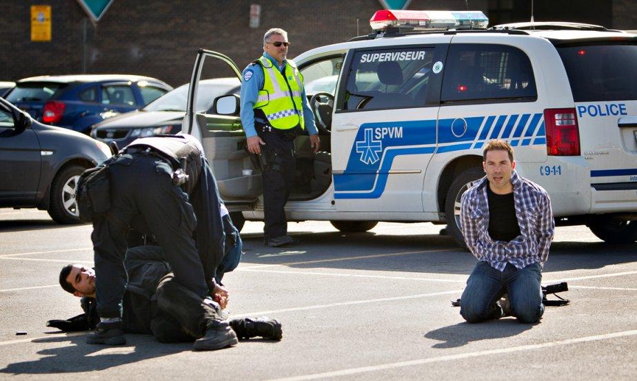 «Va t'en, Marco! Ils vont t'arrêter toi aussi!» En entendant la voix, le photographe Marco Campanozzi a reconnu celle de son collègue vidéaste Martin Chamberland, à droite sur la photo, qui venait de se faire arrêter par les policiers. Une quinzaine de manifestants s'étaient introduits en cette matinée du 13 avril dans les bureaux montréalais ministre de l'Éducation. Parmi les huit personnes arrêtées dans les affrontements qui ont suivi, deux étaient journalistes en reportage pour La Presse. | 28 décembre 2012