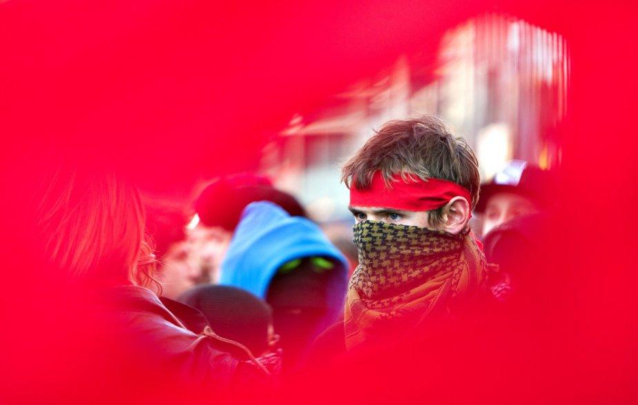 L'un des participants d'une manifestation qui s'est déroulée le 5 avril dans le centre-ville de Montréal. «En essayant de faire une photo de manifestation originale, se souvient le photographe Robert Skinner,j'ai vu que je pouvais tenter de cadrer un manifestant à travers une petite déchirure dans une bannière rouge qui s'ouvrait, pendant de courts moments, grâce au vent. J'ai pris environ une vingtaine de clichés à travers la fente.» | 28 décembre 2012
