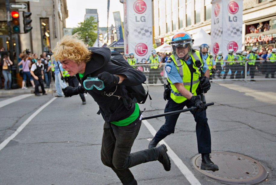 Le 7 juin, lors de la manifestation contre le Grand Prix de Montréal, le photographe Ivanoh Demers était en devoir. «J'ai alors sauté dans ma voiture, je croyais qu'ils se rendaient Place du Canada.» Il constate que les manifestants ont changé de destination. «J'ai rapidement marché vers la rue Crescent.  J'étais un des premiers sur place quand les manifestants ont commencé à saisir les barrières de métal et les lancer vers les policiers.» | 28 décembre 2012