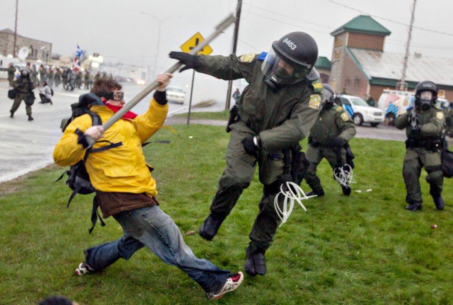 Un policier repousse un manifestant. «Celui-là avait une barre de fer, se souvient le photographe. J'en ai vu un autre avec le mât d'un drapeau du Québec.» | 28 décembre 2012