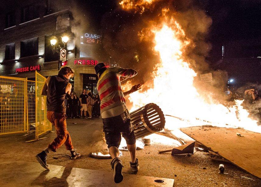 Deux manifestants jettent une poubelle dans un feu allumé au coin des rues Saint-Denis et Ontario, dans le Quartier Latin de Montréal, le soir du 19 mai. «J'avais assisté plus tôt à une arrestation violente d'un manifestant, où j'avais dû crier pour dire aux policiers d'arrêter de frapper le gars», raconte Olivier Pontbriand. «Deux feux avaient été allumés J'ai pris cette photo de deux émeutiers, dont le dos était éclairé par le second feu derrière nous.» | 28 décembre 2012