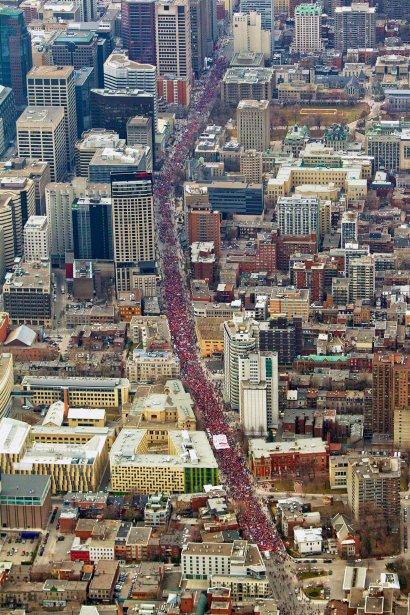 Marée rouge — Montréal n'avait pas vu pareille manifestation depuis des années... Le 22 mars, une marée rouge a déferlé dans le centre-ville de la métropole, dans un cortège s'étendant sur près de cinq kilomètres. Depuis l'hélicoptère, le photographe Alain Roberge avait un point de vue splendide sur la progression de la manifestation. | 28 décembre 2012