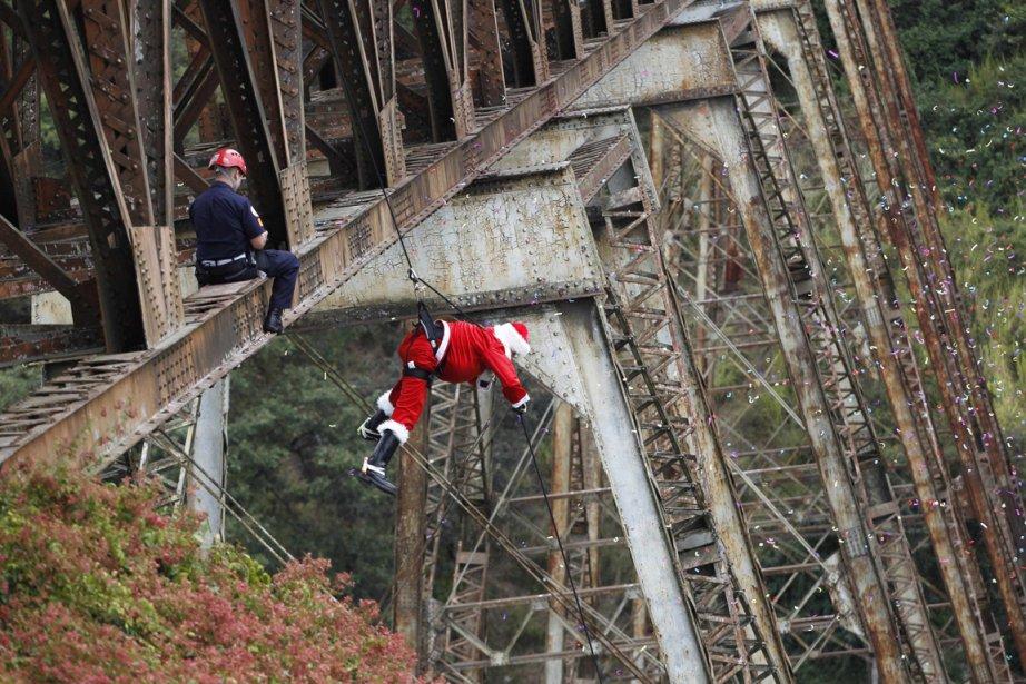 Le sapeur pompier Hector Chacon distribue des jouets à des enfants sous un pont de Guatemala City | 28 décembre 2012